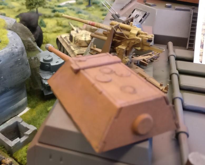 Der Stolz eines jeden Kampfpanzers Maus ziert jede Ecke des Landkreuzers Ratte. Das gute Stück ist bis zur Halskrause bewaffnet. Udo hat dem Landkreuzer auch noch links und rechts je eine Acht-Acht-Flak spendiert, damit das Game ein wenig balanced ist.