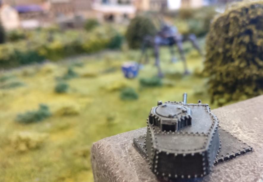 Der Gefechtsturm des Panzer 38(t) nimmt das Sechsbein der Marsianer unter Feuer.