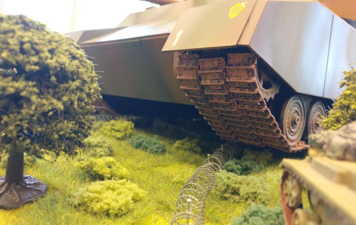 Das regelmäßige Säubern der Radkästen des Landkreuzers Ratte ist wichtig. Gar zu oft verfangen sich dort kleinere Wälder und Panzerbataillone.