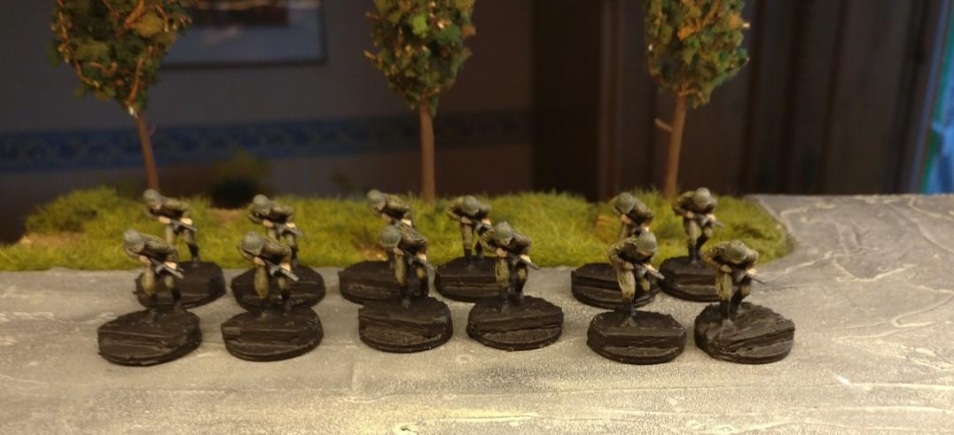 Die Figuren aus dem Revell Set 02510 Soviet Infantry sind fertig bemalt. Jetzt geht es an die Base. Grundiert ist sie schon...