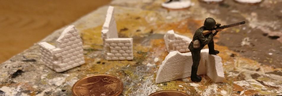 Reste an Mauerstücken aus der Produktion von Saint-Aubin-sur-Mer kommen hier zur Verwendung.