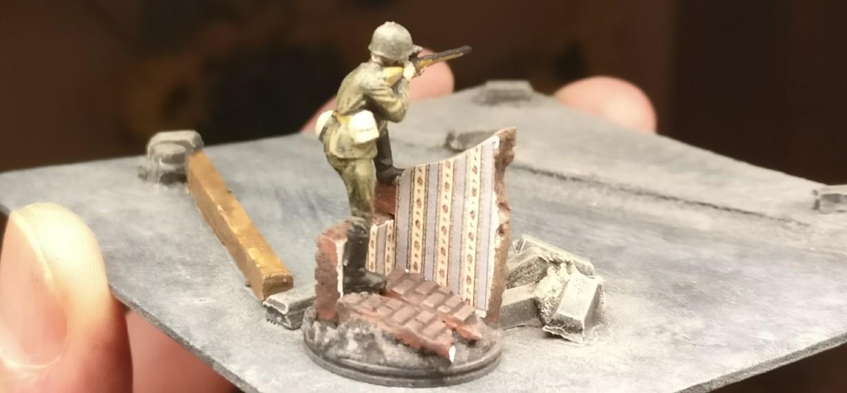 Die Rückseite des Scharfschützen an der Mauer.