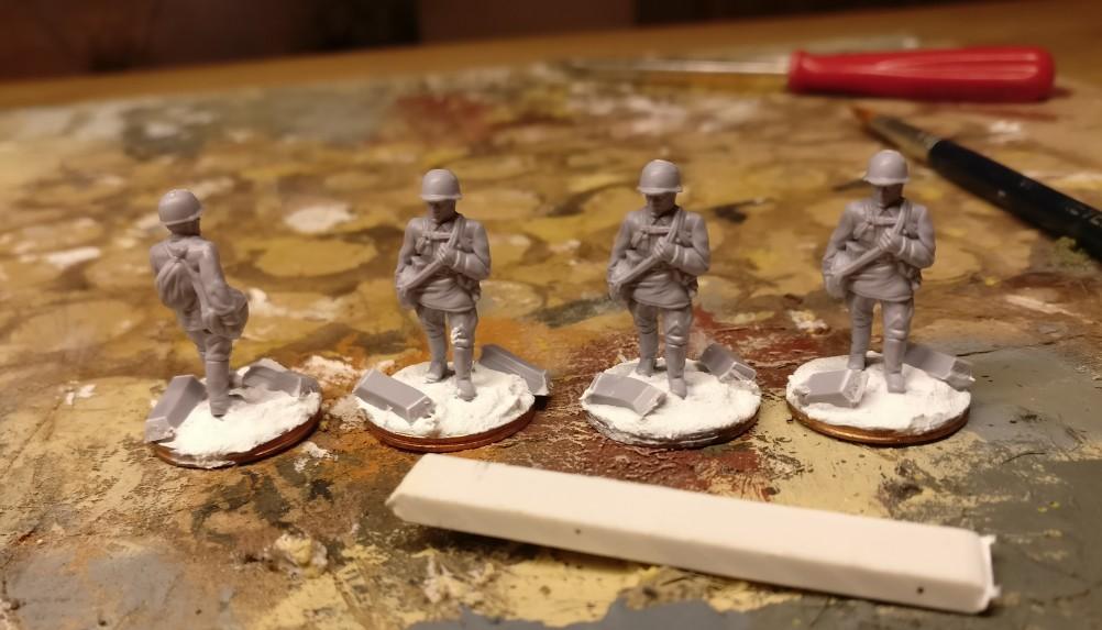 """Hier die vier Herren aus dem PSC Set """"Russian Infantry in Summer Uniform"""". Vor ihnen liegt der Streifen, den ich aus dem Plasticsheet herausgeschnitten habe."""