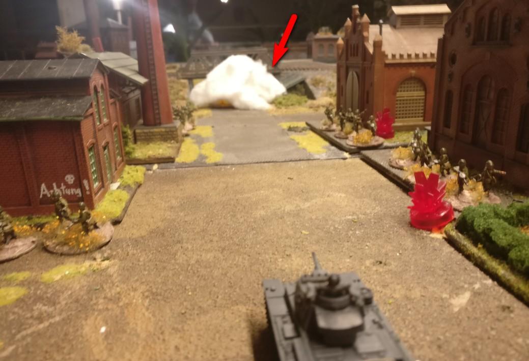 Vor der Eisenbahnbrücke gingen die Nebelgranaten nieder. Die Nebelwand quillt auf und schützt vor Einsicht.