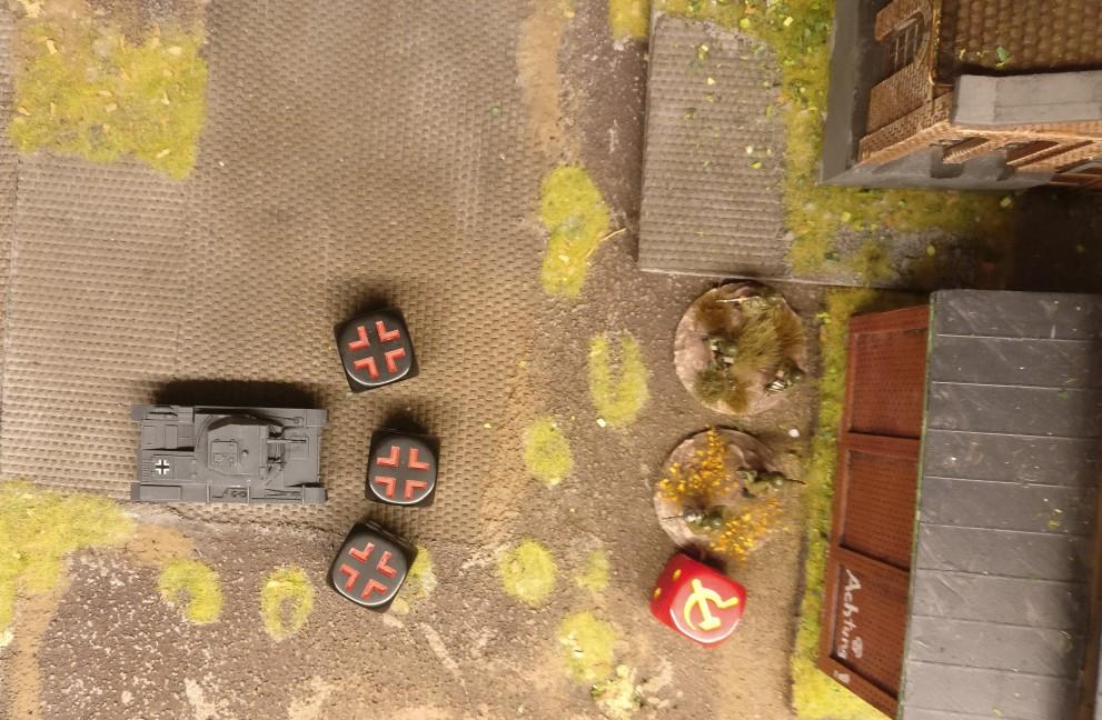 Nach dem Vorziehen um zwei Squares feuert der Panzer II dreimal als MMG auf das Square des Heizhauses.