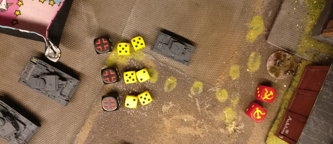 Für die drei Schuss auf das Heizhaus stehen 6 Trefferwürfel zur Verfügung. Für jeden Schuss des Bord-MG sind es zwei.