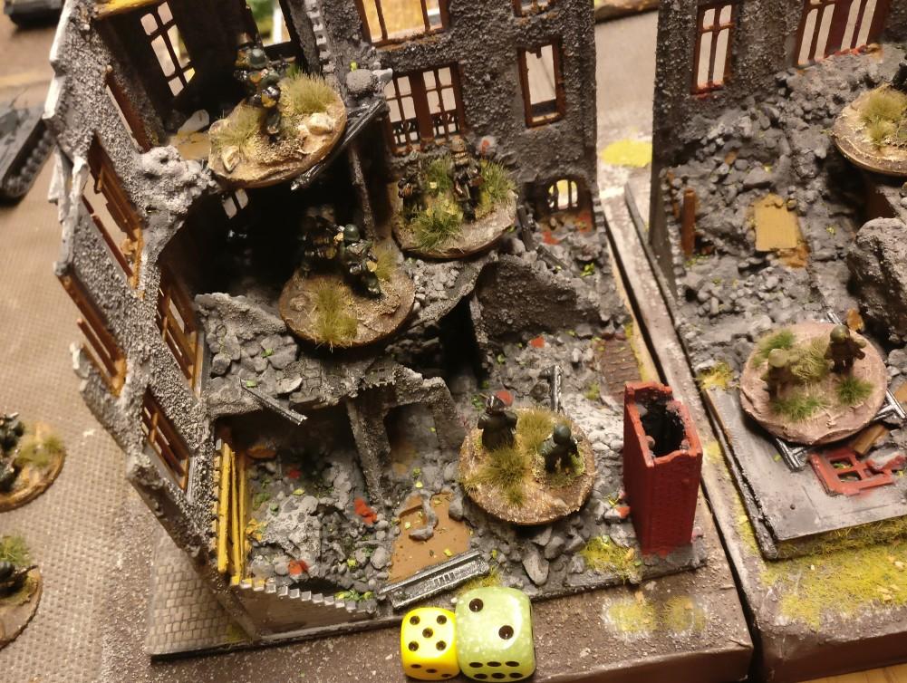 Das LMG-Platoon wird in der Ruine erfolgreich aktiviert. 5 APs genügen auch, die Ruine zuverlassen (2 AP), über den Platz zu sprinten (1 AP), auf die Russen zu feuern (1 AP) und das Heizhaus zu besetzen (1 AP).
