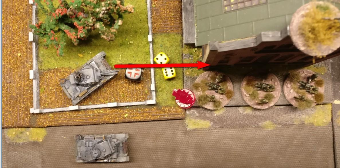 """Der Flammpanzer III rollt in den Obstgarten vor der Fabrikationshalle und nimmt das Gebäude unter Beschuss. DieTrefferwürfel fallen günstiger: """"4"""" und """"6"""" ergeben einen Treffer, von dem jede Foot Group im Square betroffen ist."""
