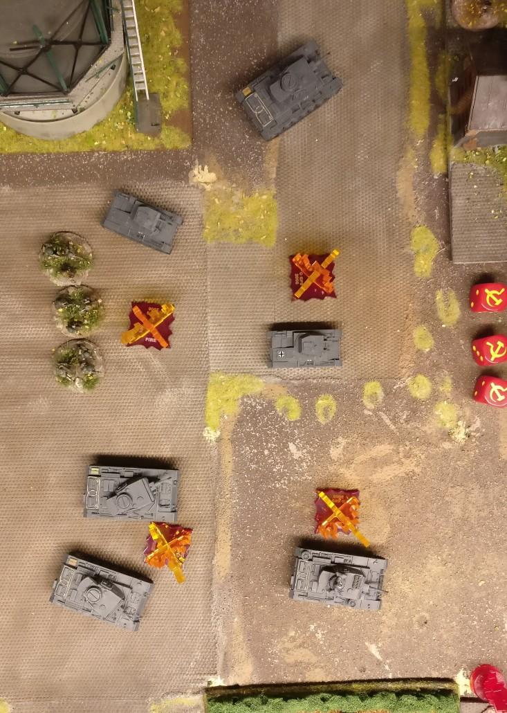 Das offene Areal vor dem Heizhaus erschien Generalmajor Chomenko als die beste Option. Vier Squares in Form eines Quadrats wurden als Ziel des PBI-Artillerieschlags gewählt. Die vier Feuermarker markieren die Squares.