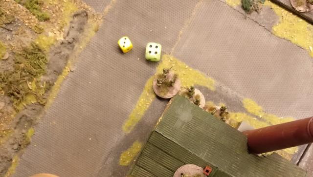 """Mit der """"4"""" des grünen Würfels gelingt die Aktivierung. Die 3 AP des gelben Würfels werden für einen Asssault auf die deutschen Foot Groups im Heizhaus eingesetzt."""