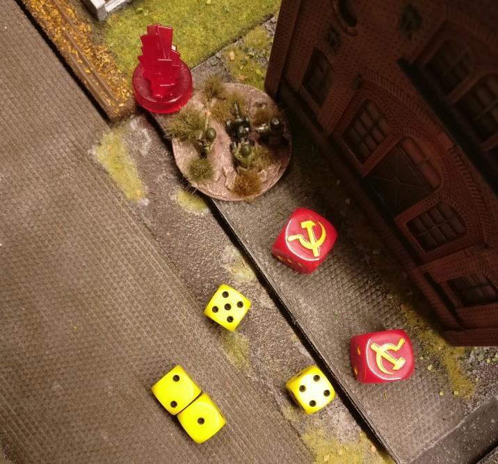 Die MMG-Foot-Groups würfeln mit 4 W6 Würfeln. Es sind 2 W6 Würfel für die beiden Casualty Marker im Square und 2 W6 Würfel, weil die Casualty Marker von dem Flammenwerferangriff im letzten Zug herrühren.