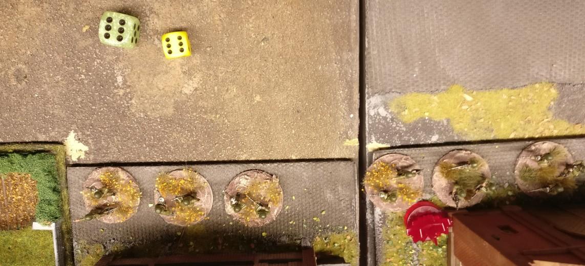 """Der zweite Motivationswurf gelingt. Die APs wurden mit dem gelben Wüfel gleich miterwürfelt. Es sind 6 APs, welche die LMG-Foot-Groups ausgegen können. Wenn die deutschen Truppen mit dreimaligem Schießen (3 APs) erledigt werden können, könnten die Foot Groups sogar noch für 2 APs ihr """"Closed"""" Square verlassen, um ein anderes Square zu besetzen, wenn dies sinnvoll werden sollte."""
