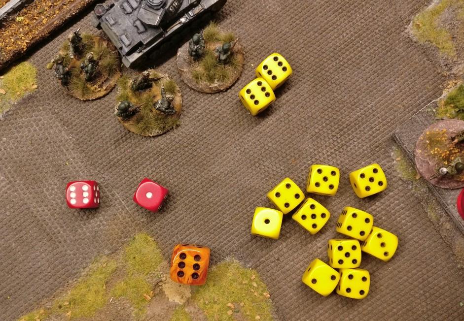 """Autsch! Beim Saven fällt eine """""""". Das ist ein Auto-Fail und somit wird eine deutsche Foot Group getroffen. Der Choice-Würfel zeigt eine """"6"""" und somit kann der russische Spieler gezielt den Fammenwerfertrupp aus dem Square entfernen."""
