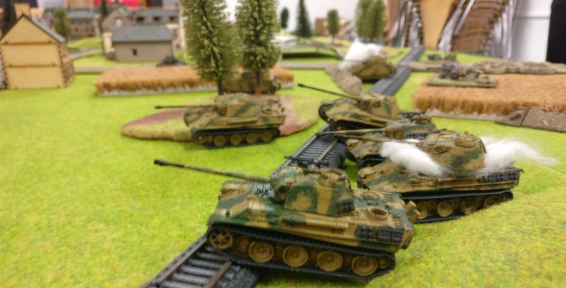 Ein Panther Platoon prescht nach Vorne um nach überwinden  der Bahnlinie die amerikanisch besetzte Ortschaft einzunehmen.