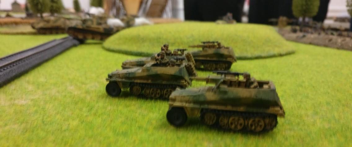 Der Vorstoß der Panther Platoon ist begleitet von Panzergrnadieren, die im Sd.Kfz. 250 mitziehen.
