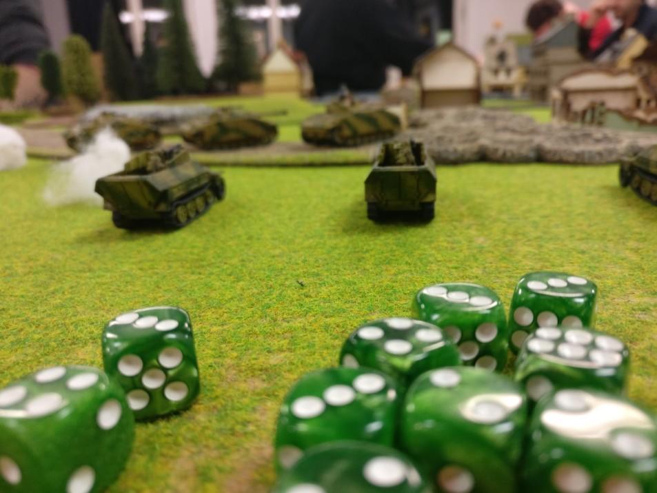Mittlere Schützenpanzerwagen Sd.Kfz. 251 decken den Angriff der StuG III.