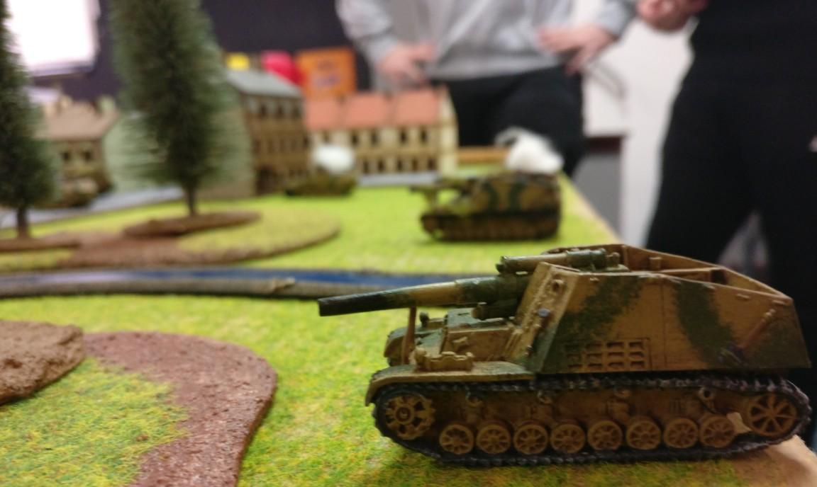 Deutsche Wumminatoren: eine Batterie der Panzerhaubitze Hummel steht zur Einäscherung vorwitziger Schörmis bereit.