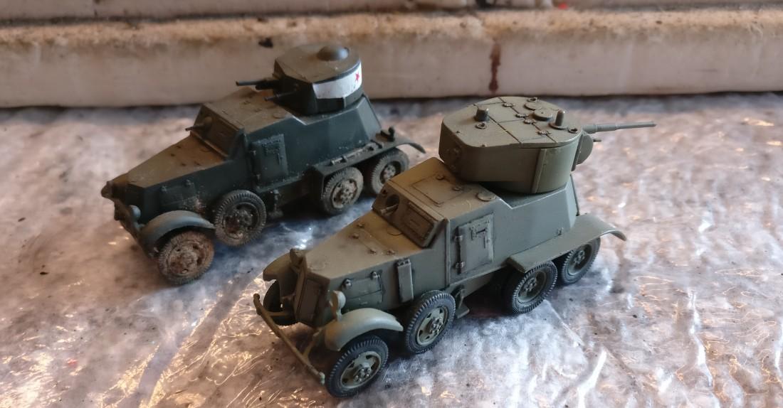 So sahen die beiden Panzerwagen BA-1/BA-6 bis vor Kurzem aus. Man erkennt deutlich die sehr unschöne Verschmutzung mit Farbpigmenten auf dem linken Soviet Armored Car BA-1.