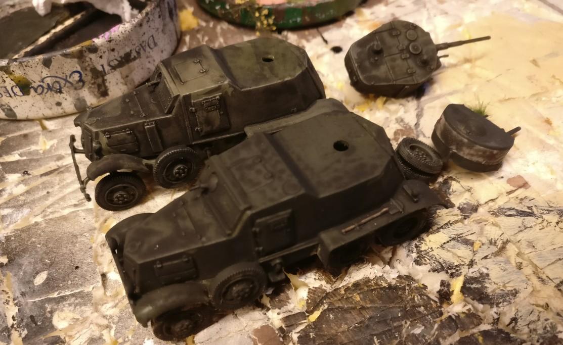 Der Black Wash macht den bisherigen Farben den Garaus. Die beiden Soviet Armored Cars BA-1/BA-6 tauchen ab ins Dunkel der Gleichförmigkeit.