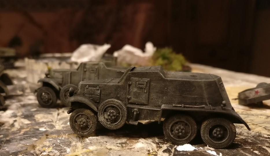 Das Trockenbürsten mit Revell Aquacolor Helloliv bringt die Panzerwagen BA-1/BA-6 wieder ans Licht des Tages zurück.