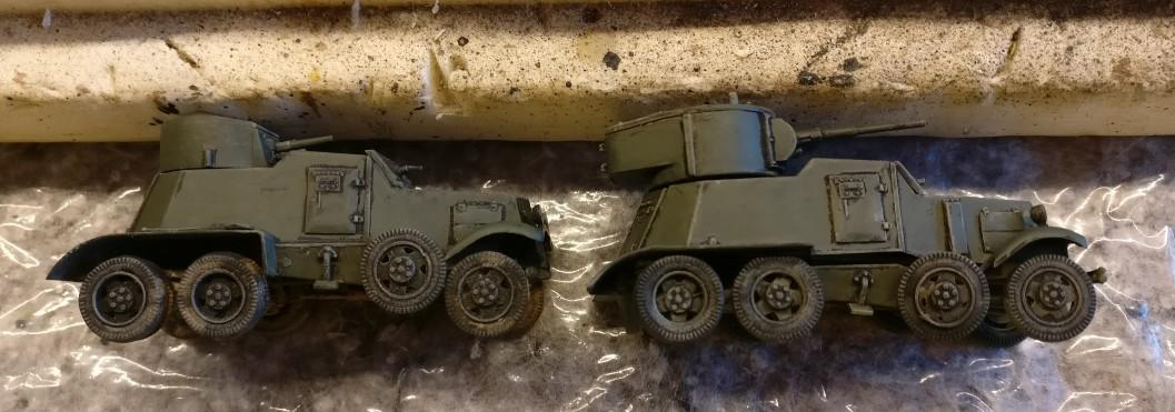 Die beiden Panzerwagen BA-1/BA-6 von der Seite: Nach dem Auftrag der Revell Aquacolor Bronzegrün beginnt sich das Ganze schon in die von mir gewünschte Richtung anzufühlen.