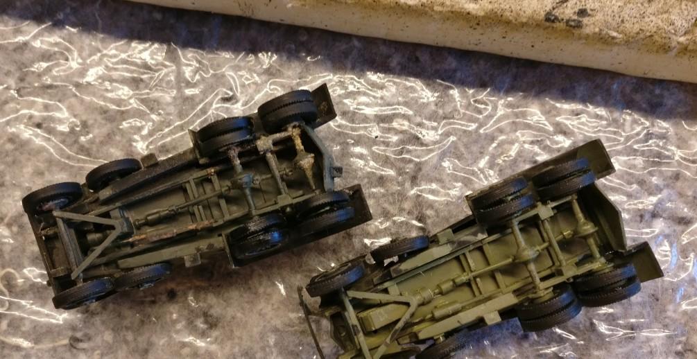 Die Reifen der beiden Panzerwagen BA-1/BA-6 werden geschwärzt.