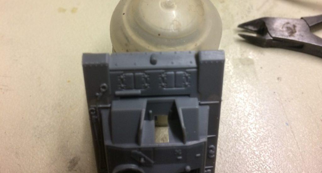 Auch am oberen Teil der Frontpanzerung auf der Wanne müssen die Nieten entfernt werden. Das PSC StuG III Ausf. F8/G wird aber schon ein wenig.