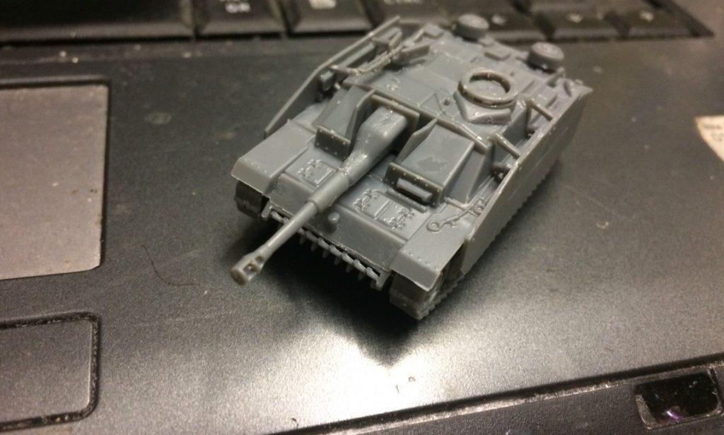 Das MG ist in der Version StuH 42 Ausf. G von innen bedienbar. Das abklappbare Schutzschild gibt es nicht mehr.  An der Kommandantenkuppel ist der gegossene Beschussabweiser zu sehen.