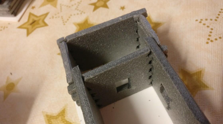 Dieses Foto verdeutlicht XENAs Umsetzung der Blockständerbauweise. Die Wandstücke greifen  ineinander. Die Verzahnung ist funktional und nicht nur dekorativ.