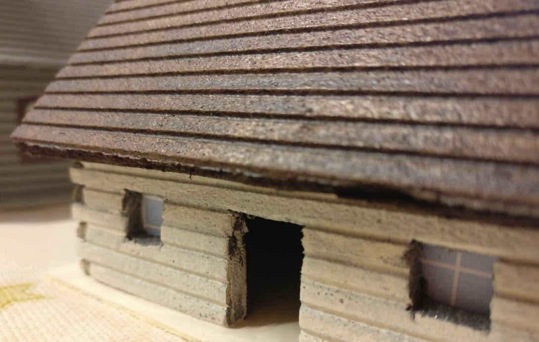 Die Detailaufnahme offenbart noch ein weiteres Ausstattungsmerkmal. XENA hat die Fensteröffnungen hinterklebt, um eben nicht nur eine Öffnung inder Wand zu zeigen, sondern den Eindruck eines realen Fensters zu erwecken.