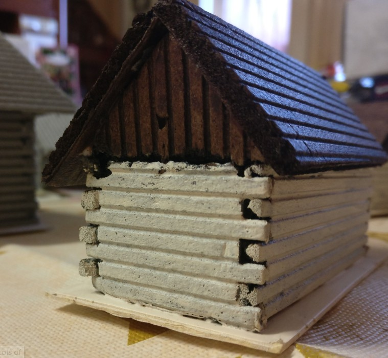 Der Giebel an Haus Nr. 2 ist mit vertikalen Blockhölzern ausgeführt. Die simple Trittschalldämmung erweist sich hier als sehr vielseitiger Werkstoff.