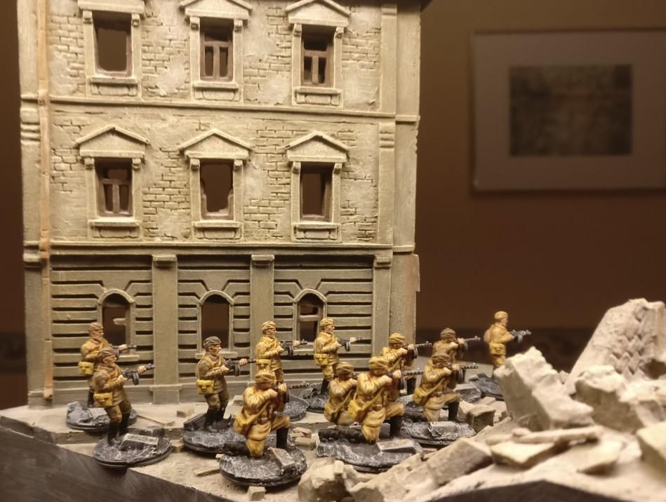 Eine weitere Gruppe PPSh-Schützen turnt durch die Trümmer Eisenstadts.