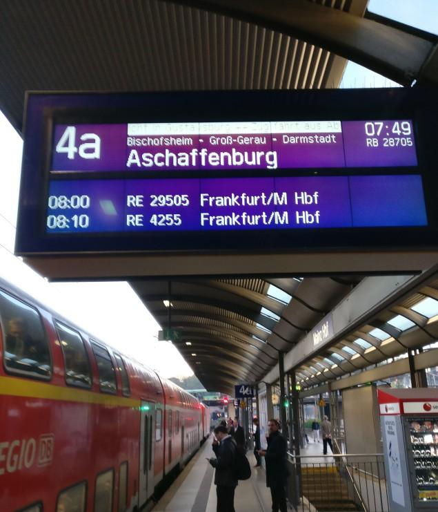 Am Bahnsteig 4a in Mainz am Hauptbahnhof. Die Regionallbahn RB 28705 nach Aschaffenburg ruft...
