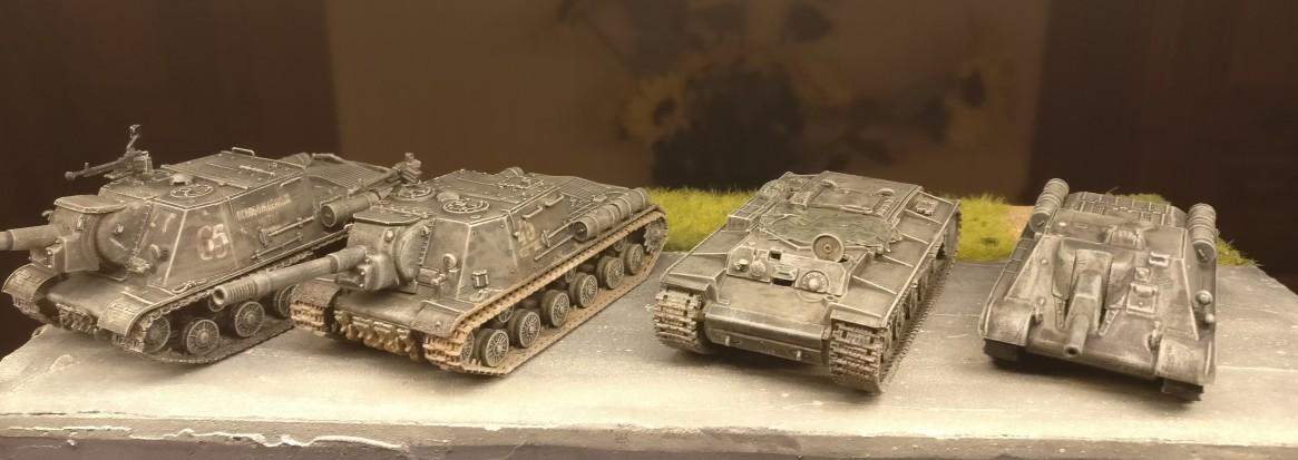 Die Panzer nach dem ersten Trockenbürsten mit Helloliv.