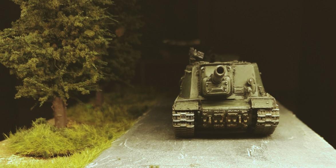 Das erste ISU 152 (Soviet Tank Destroyer ISU-152 Zvezda 5026) von vorne.