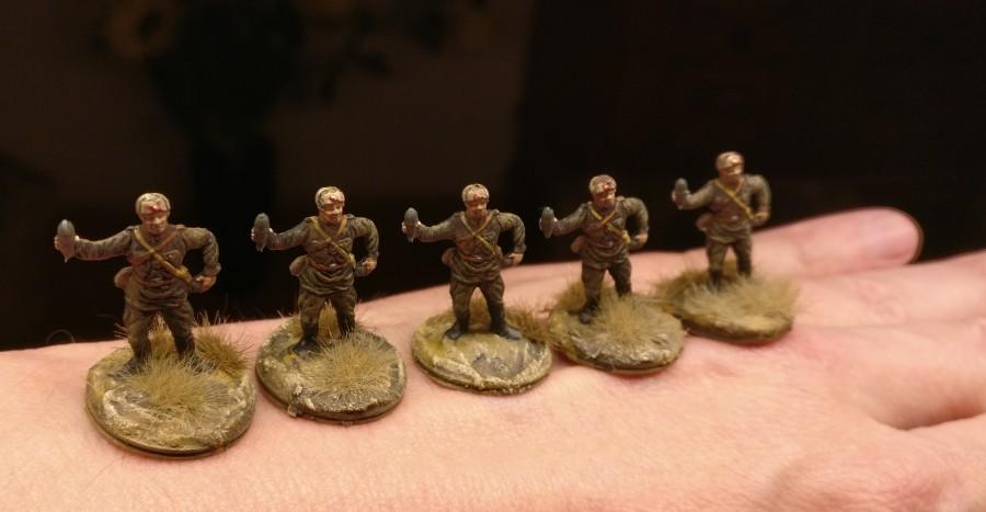 Die fünf abgezwackten Granatwerferbediener. Ordentlich haben sie ihren Goldenen Stern auf Rotem Grund auf der Fellmütze.
