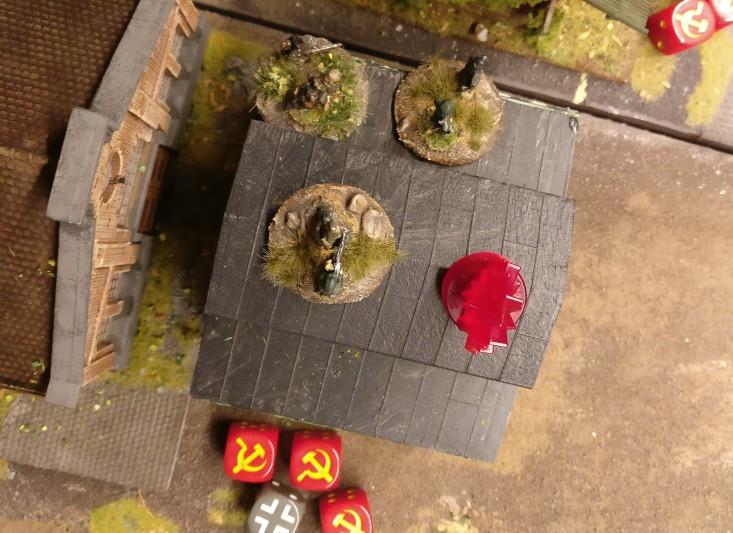 Die Foot Groups im Heizhaus haben auch einen Casualty Marker im Square. Aber sie haben auch einen Offizier an Bord, den Platoon Commander. Insofern gibt es hier keinen Moraltest.