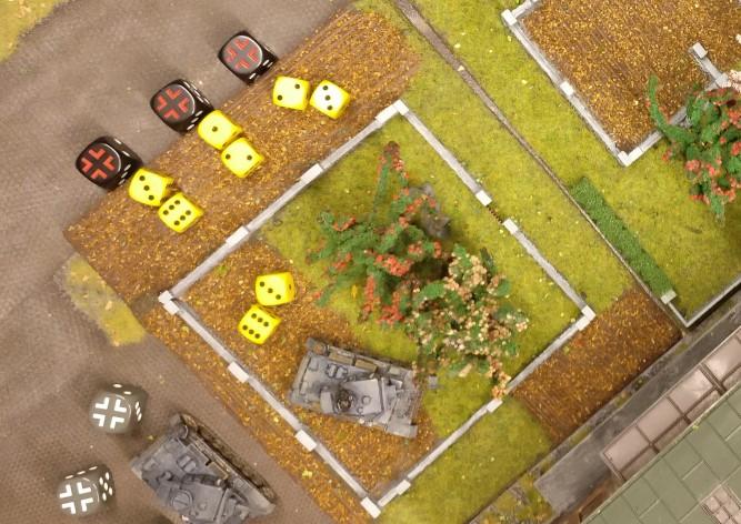Der zweite Flammpanzer III schießt zweimal mit dem Flammenwerfer, da 9 APs zur Verfügung stehen . Einmal spricht das Bord-MG. Die Rotarmisten saven jedoch erneut.