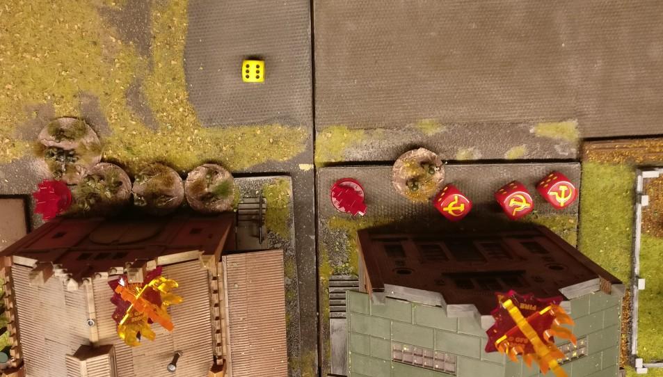 Die Barrage des zweiten 15cm Nebelwerfer 41 geht nieder. Wieder werden zwei Squares der Produktionshallen anvisiert. (Rote Plexiglaskreuze)