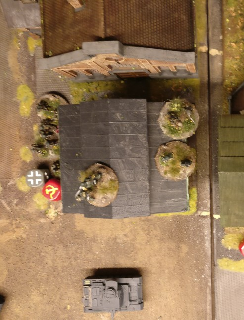 Schwupps! Die Panzergrenadiere sprinten ebenfalls in das Heizhaus. Das Opportunity Shooting der angrenzenden Rotarmisten Squares misslingt auch hier.