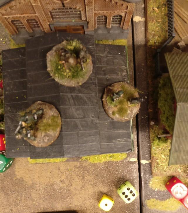 Auch im Heizhaus wird geschossen. Die Aktivierung gelingt. 2 AP stehen zur Verfügung (  1 Auge + 1 AP für den Platoon Commander ). Doch der Schuss misslingt.