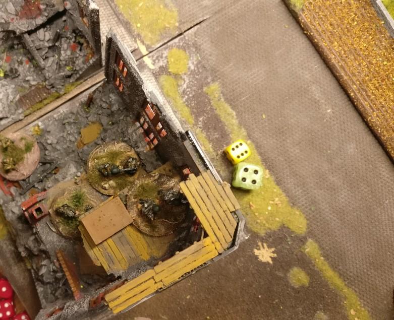 Die LMG in der Ruine werden aktiviert. Mit 6 APs kann man kräftig mitmischen.