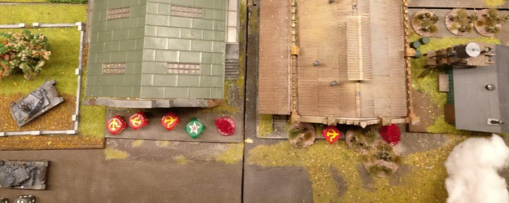 Auch im Zentrum in den Produktionshallen liegen jede Menge (sogar über den vier benötigten ...) Casualty Marker herum. Erneut muss die Rote Armee einen Breaktest ausführen!