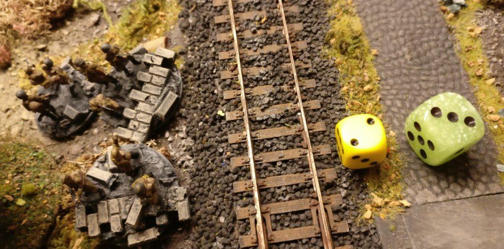 """Weiter hinten am Bahndamm macht sich eine neue Einheit bereit. Verstärkungen kommen ja schon seit letzter Runde nach Vorne. Mit der """"3"""" aktiviert der Platoon Commander nicht. Er ist zu weit wech."""