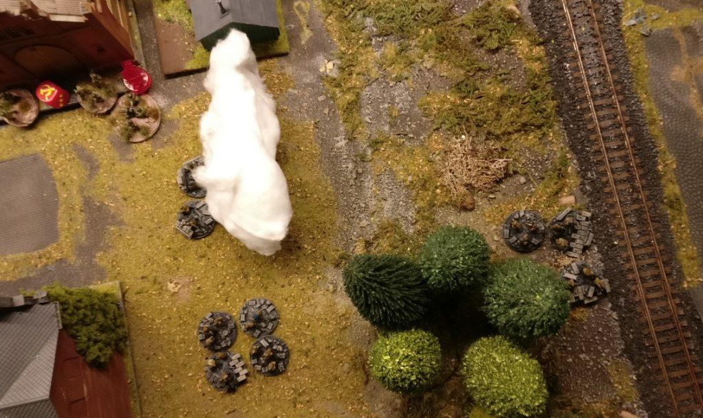 Die Verstärkungen postieren sich am Ende desr Werksstraße. Man schaut aus der Nebelwand raus, um sogleich in die Kämpfe eingreifen zu können.