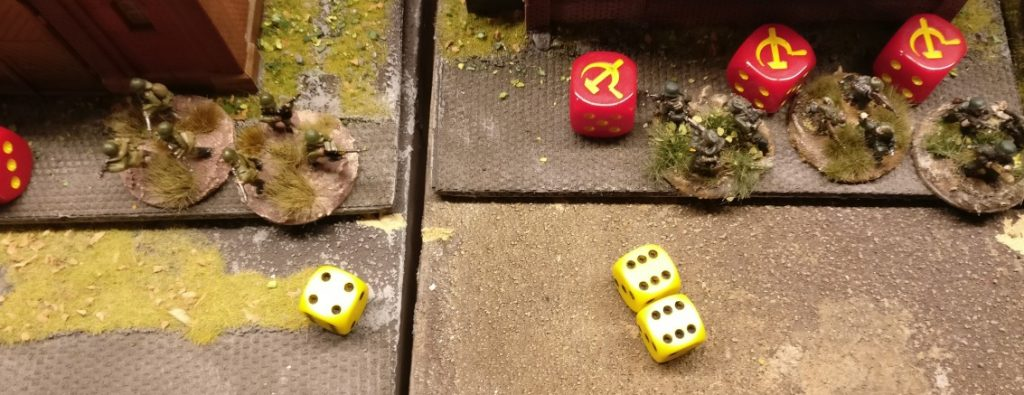 """Zwei Trefferwürfel erwürfeln zwei """"6""""er. Zwei Treffer! Jetzt müssen die Grenadiere zeigen, was sie in der Ausbildung gelernt haben. Man zückt die Save-Würfel..."""