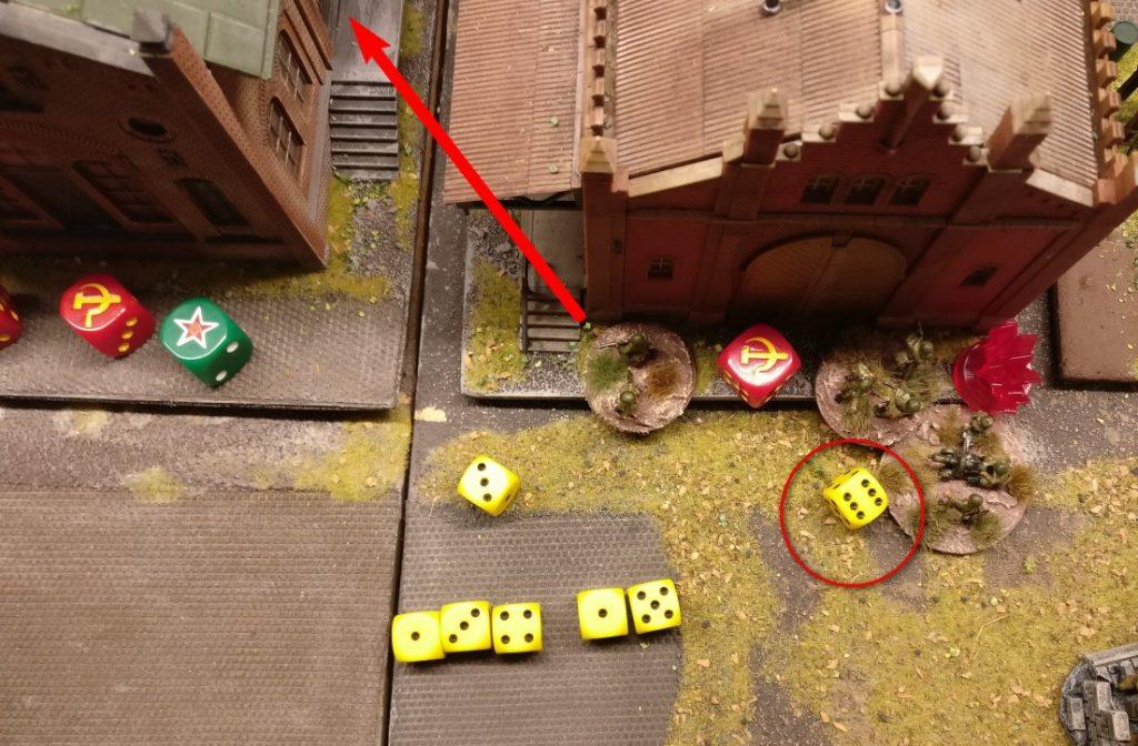 """Ein weiteres Square will Opportunity Shooting geben. Es ist das benachbarte Square zum Lagerhaus hin. Auch hier sind die Grenadiere im (diagonal angrenzenden) Nachbar-Square angekommen. Die """"6"""" erteilt die Erlaubnis zum Schuss. Das Maxim-MMG bekommt 2+3=5 Trefferwürfel, die eine Rifle Foot Group immerhin einen."""