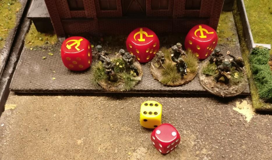 """Doch unsere Grenadiere des Schützenregiment 5 sind wohl trainiert. Sie schmeißen sich in den Staub der Produktionshalle und die """"2"""" saved ganz gechillt."""