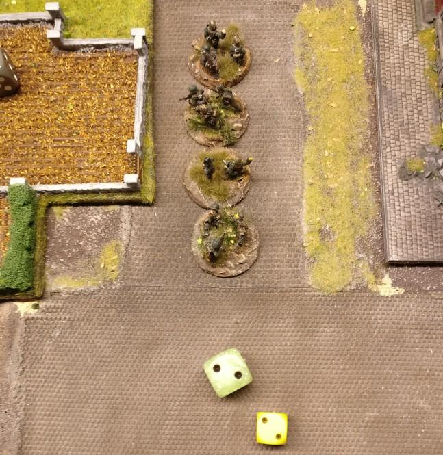 """Die zweite Gruppe des Platoons wird mit der """"2"""" erfolgreich aktiviert. Der Platoon Commander sitzt im gleichen Square. Da genügte bereits die """"2"""" zur Aktivierung. Mit den erwürfelten 2 APs wird man ebenfalls an die Hallen herantreten."""