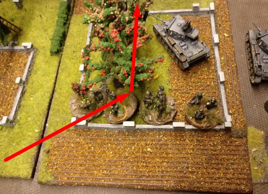 Hier kommt man an der Halle an, geht im Obstgarten in Deckung, bevor es weitergeht. Der Flammpanzer III ist für die Infanterieunterstützung sehr dankbar.